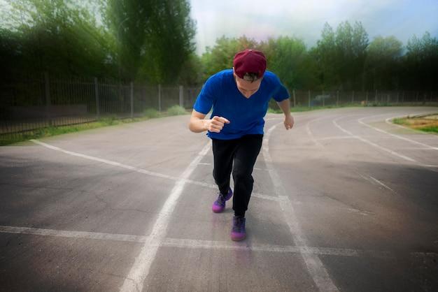 Nahaufnahme des kopfporträts eines mannes, der auf einer stadionbahn läuft, schnelle bewegungen
