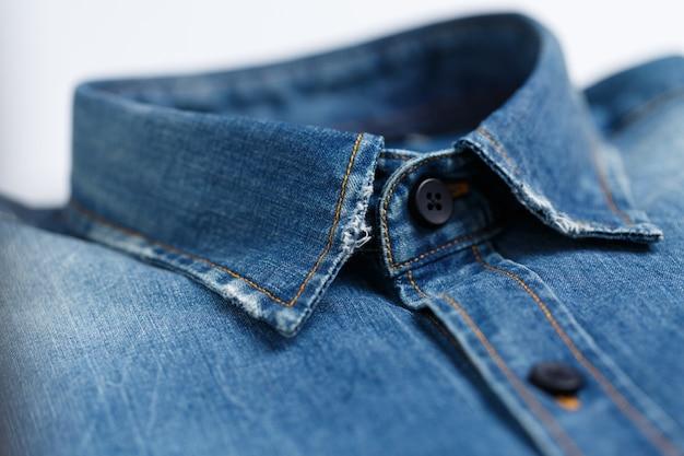 Nahaufnahme des kragens eines edlen, gebügelten blauen jeanshemdes