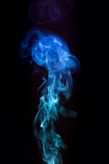 Nahaufnahme des kreativen rauches auf schwarzem hintergrund