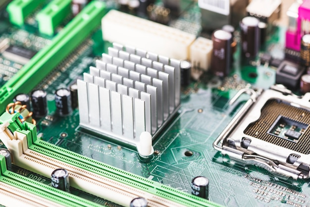 Nahaufnahme des kühlkörper- und cpu-sockels auf computermotherboard