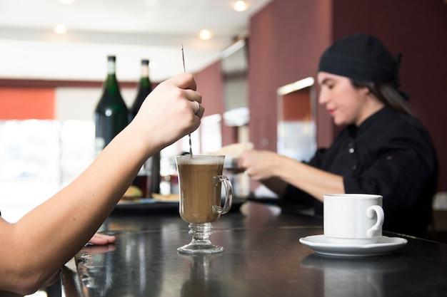 Nahaufnahme des kunden an den rührstangen des barzählers in der bar