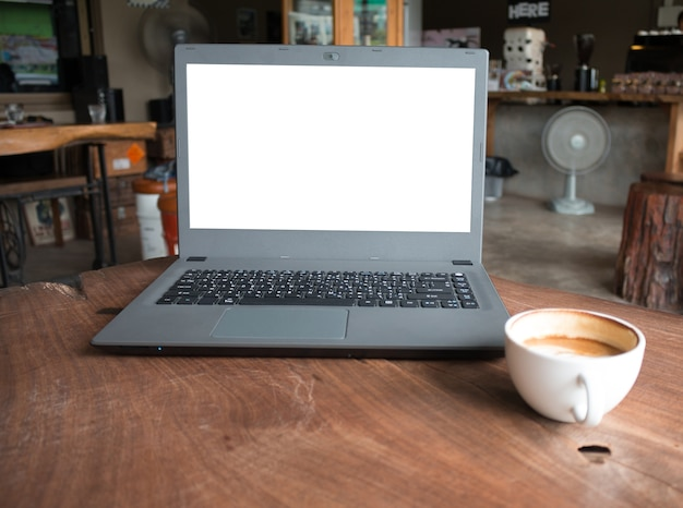 Nahaufnahme des labtop computers mit leerer anzeige im kaffeestubekonzept imege gemachtes produkt