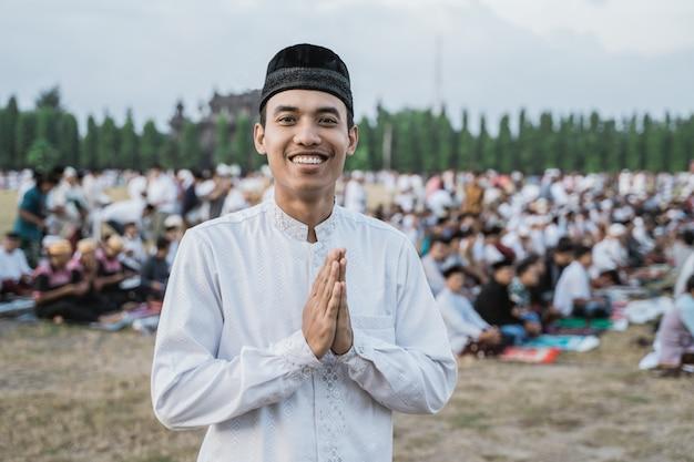 Nahaufnahme des lächelns des asiatischen jungen mannes durch geste entschuldigen