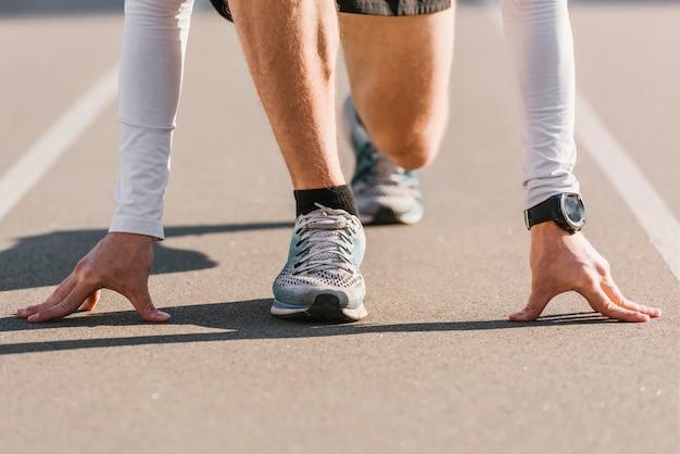 Nahaufnahme des läufers in ausgangsposition