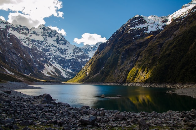 Nahaufnahme des lake marian und der berge in neuseeland