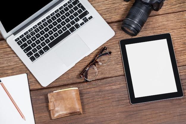 Nahaufnahme des laptops mit kamera auf tisch