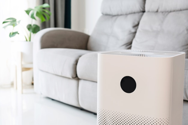 Nahaufnahme des luftreinigers im wohnzimmer zu hause für das wohlbefinden, das frische luft atmet