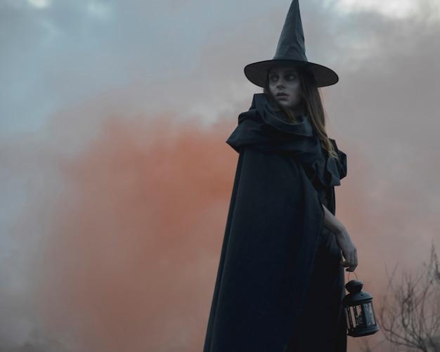 Nahaufnahme des männlichen hexenmodells halloweens, das weg schaut