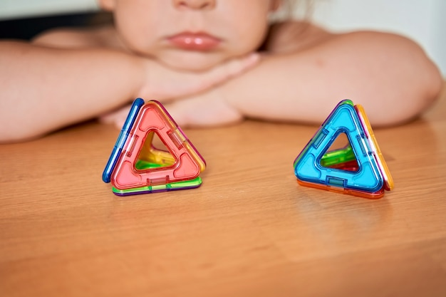 Nahaufnahme des magnetischen bauspielzeugs. kind spielt mit entwicklungsspielzeug. hochwertiges foto