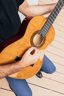 Nahaufnahme des mannes, der eine gitarre hält