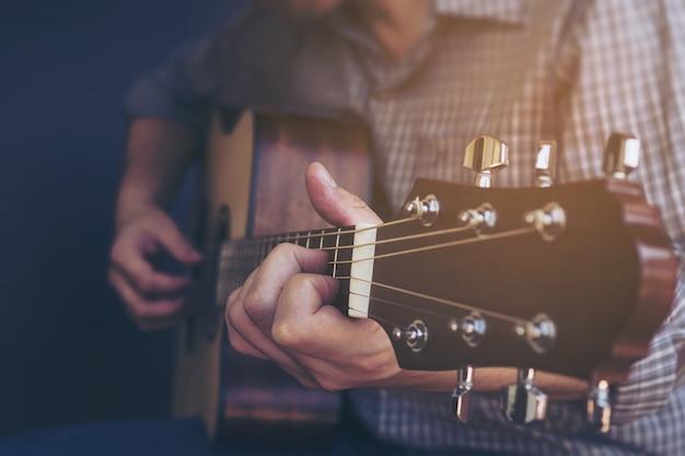 Nahaufnahme des mannes gitarre spielend