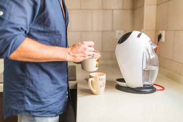 Nahaufnahme des mannes kaffee zubereiten