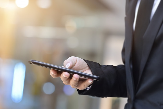 Nahaufnahme des mannes mit dem mobilen smartphone. geschäfts- und technologiekonzept.