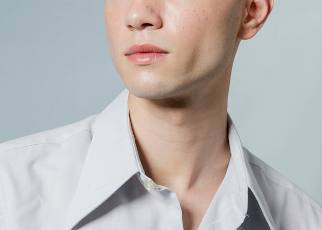 Nahaufnahme des mannes mit geöffnetem knopf auf hemd