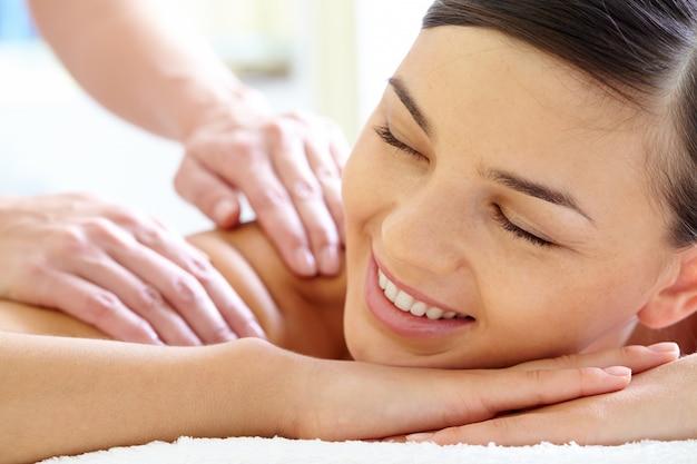 Nahaufnahme des masseurs hände eines kunden zurück massieren