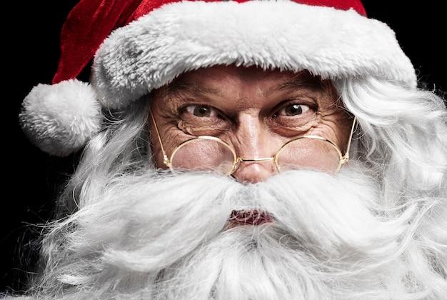 Nahaufnahme des menschlichen gesichtes des weihnachtsmannes