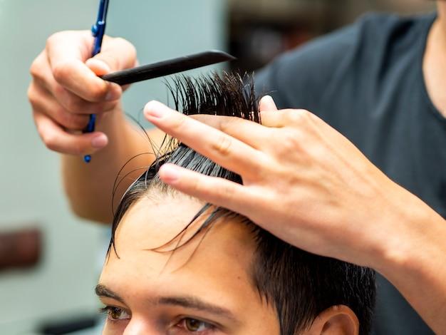 Nahaufnahme des messenden haares der kosmetikerin