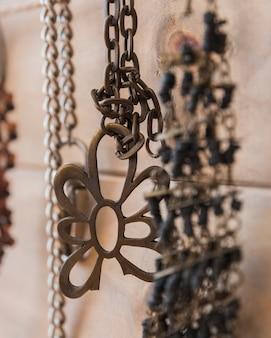 Nahaufnahme des metallischen armbandes und der kette