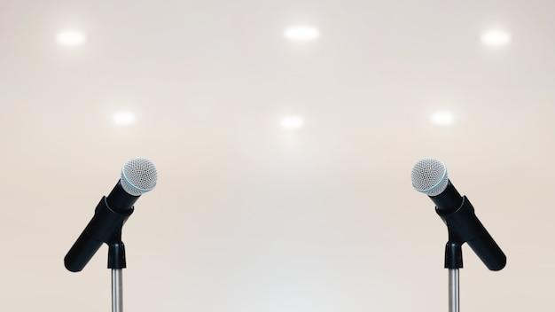 Nahaufnahme des mikrofons am ständer.