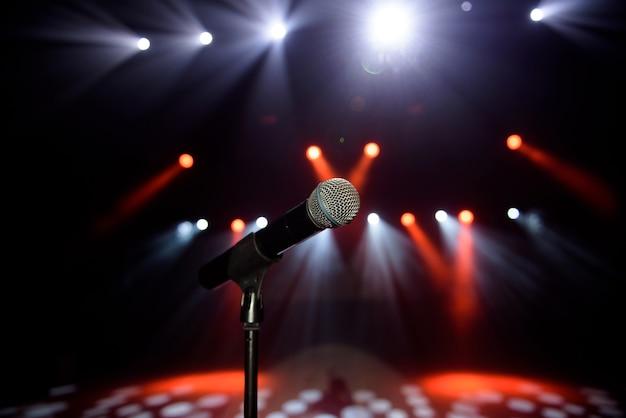 Nahaufnahme des mikrofons beim konzert gegen unscharfes buntes licht