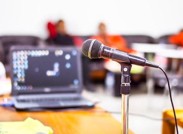 Nahaufnahme des mikrofons im tagungsraum