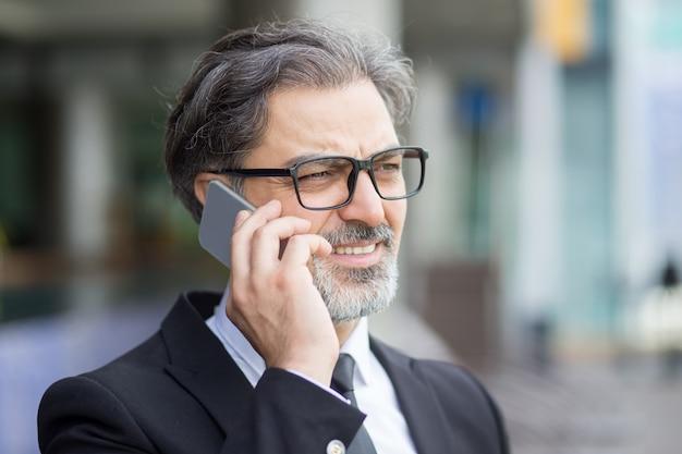 Nahaufnahme des mittleren alters geschäftsmann telefonieren