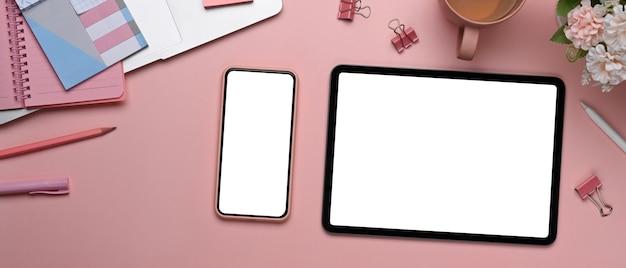 Nahaufnahme des modernen weiblichen arbeitsbereichs mit digitalem tablett