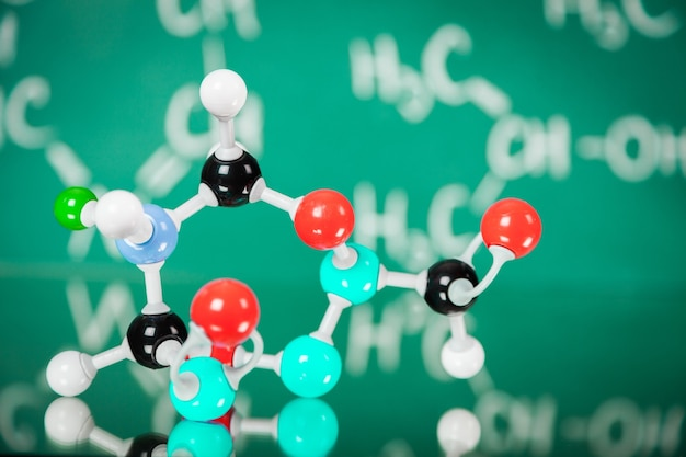 Nahaufnahme des molekülstrukturmodells im hintergrund