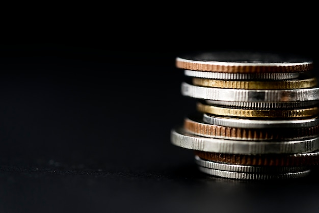 Nahaufnahme des münzenstapels lokalisiert auf schwarzem hintergrund
