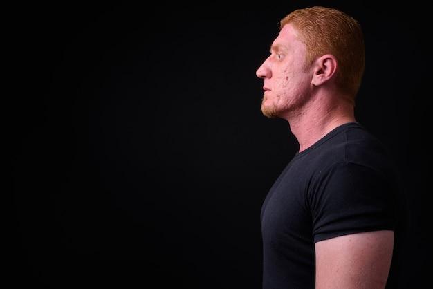 Nahaufnahme des muskulösen mannes von syrien mit den orangefarbenen haaren isoliert