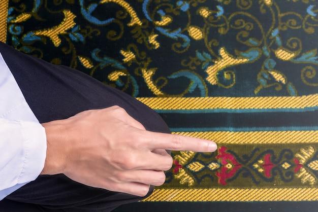 Nahaufnahme des muslimischen mannes in einer betenden position (salat)