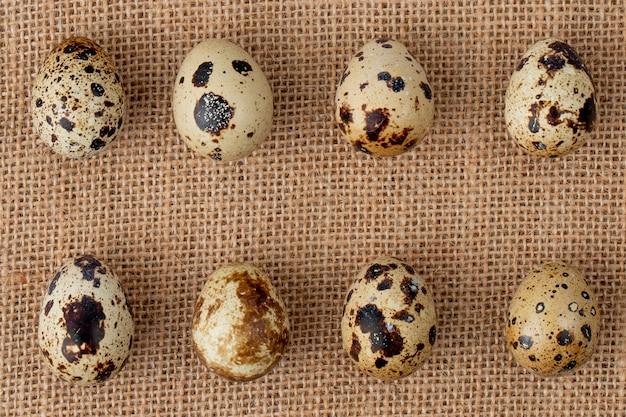 Nahaufnahme des musters von eiern auf sackleinenhintergrund mit kopienraum