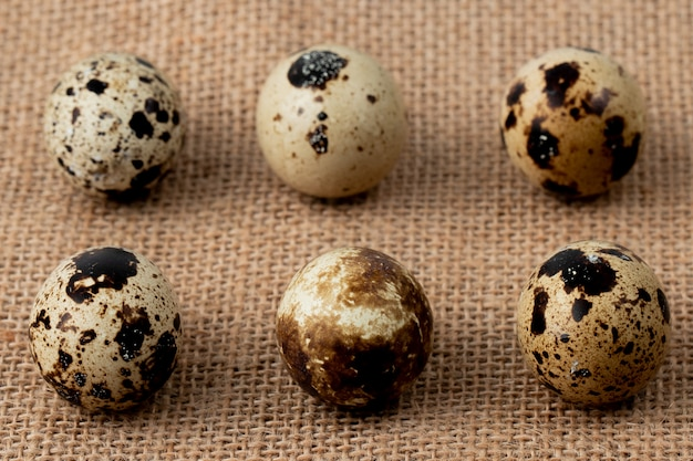 Nahaufnahme des musters von mini-eiern auf sackleinenhintergrund