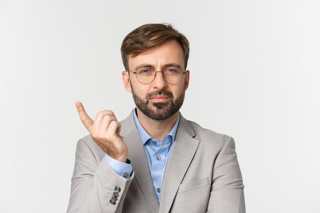 Nahaufnahme des nachdenklichen geschäftsmannes in der brille und im grauen anzug