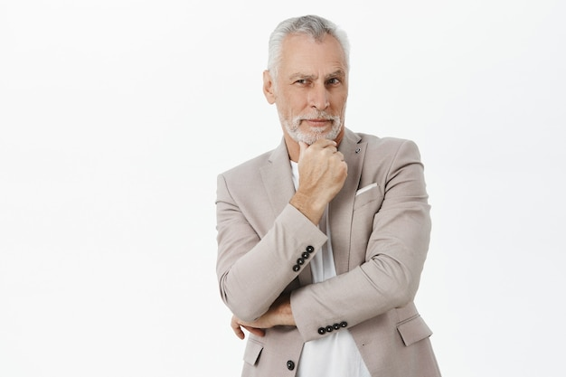 Nahaufnahme des nachdenklichen gutaussehenden alten mannes, der schaut, über entscheidung nachdenkt, wählt