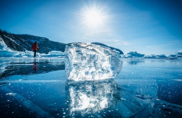 Nahaufnahme des natürlichen brechenden eises mit sonnenlicht in gefrorenem wasser auf dem baikalsee, sibirien, russland.
