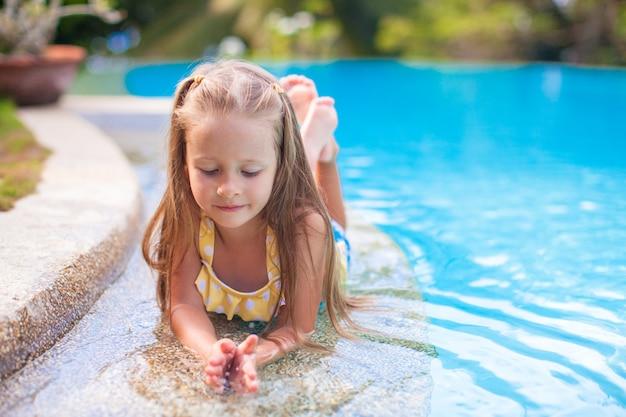 Nahaufnahme des netten kleinen mädchens im swimmingpool