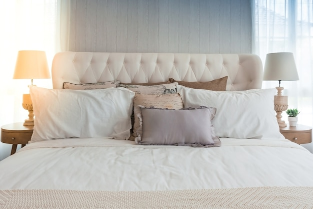 Nahaufnahme des neuen bettes komfort mit dekorativen kissen kopfteil im schlafzimmer