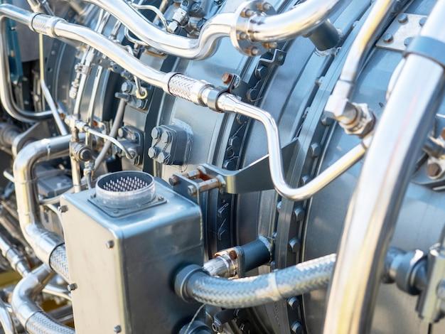 Nahaufnahme des neuen motors für das schiff. mechanismus mit einer reihe von rohren und teilen