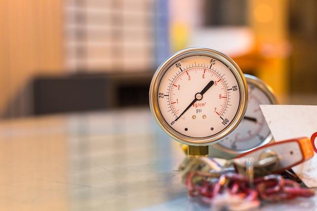 Nahaufnahme des neuen satzes des manometers auf glastischvorbereitungswartung