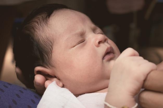Nahaufnahme des neugeborenen schlafes des gesichtes, weinlese