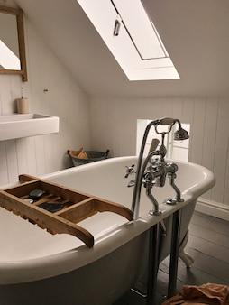 Nahaufnahme des oberlichts im hellen entworfenen badezimmer