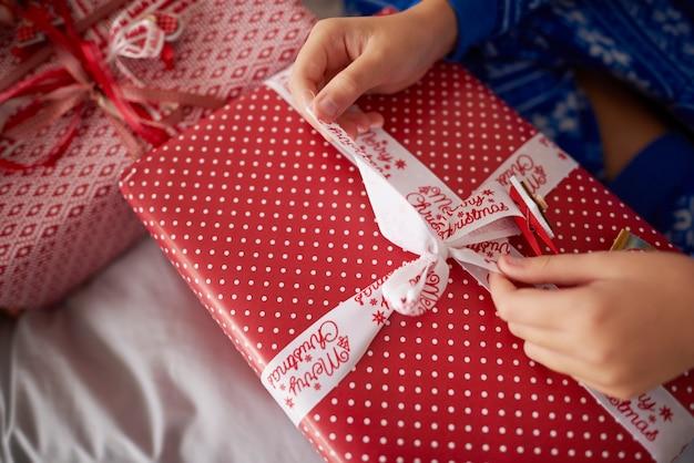Nahaufnahme des öffnenden weihnachtsgeschenks