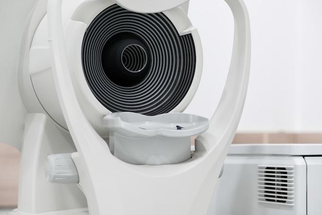 Nahaufnahme des ophthalmologischen scanners. moderne medizinische ausrüstung im augenkrankenhaus. medizinkonzept