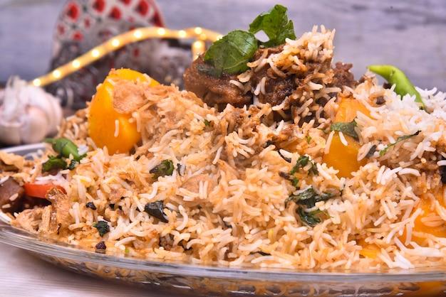 Nahaufnahme des pakistanischen biryani-essens