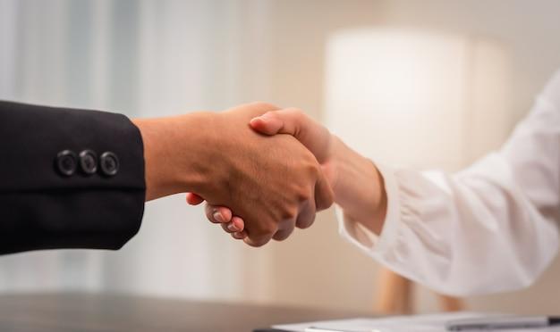 Nahaufnahme des partnerschafts-handshakes nach geschäftsverhandlung erfolgreich.