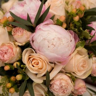 Nahaufnahme des pfingstrosen- und rosenblumenblumenstraußes