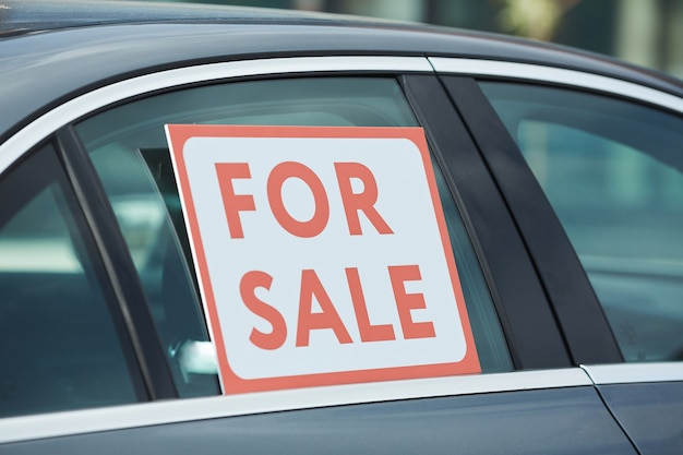 Nahaufnahme des plakats zum verkauf am fenster des autos