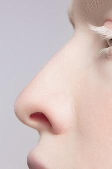 Nahaufnahme des porträts der schönen albino-frau, die auf studiohintergrund isoliert ist