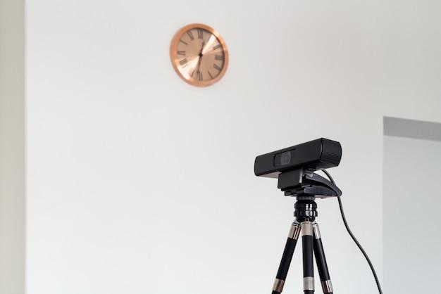 Nahaufnahme des projektors im gerichtsgebäude, der zum screening von beweisen verwendet wird. niemand